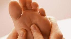 خواب رفتن و گزگز انگشتان پا، از علل تا درمان و پیشگیری