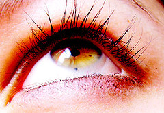لنزهاي رنگي براي چشم زيانآور است